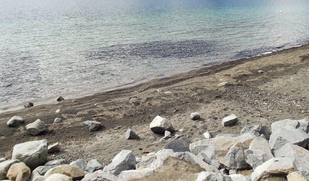 ¿Por qué es importante limpiar las playas públicas de piedras que no son autóctonas?